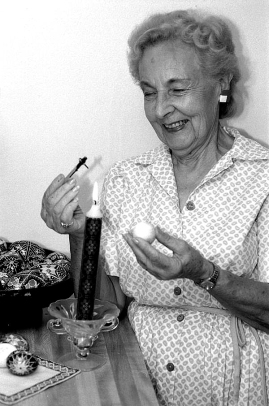 Olga Kryway using a kystka. State Archives of Florida; photographer Robert L. Stone; 1994